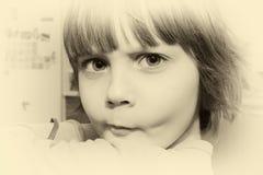 Härlig liten ung flicka som gör en framsida fotografering för bildbyråer