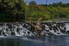 härlig liten vattenfall arkivbild