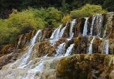 Härlig liten vattenfall i berg Arkivfoton