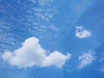 Härlig livlig blå himmel med molnet Arkivbild