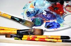 Konstpalett och paintbrushes Arkivfoton