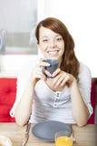 Härlig livlig kvinna som dricker kaffe Fotografering för Bildbyråer