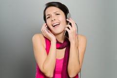 Härlig livlig kvinna som lyssnar till musik Royaltyfria Foton