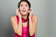 Härlig livlig kvinna som lyssnar till musik Royaltyfri Fotografi