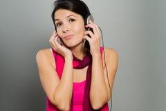 Härlig livlig kvinna som lyssnar till musik Arkivfoto