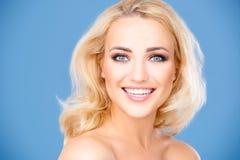 Härlig livlig ung blond flicka arkivfoton