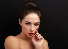 Härlig ljus makeupkvinna som ser sexig med röd läppstift Arkivfoton