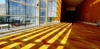 Härlig ljus modell och skuggalinje på den gula filten sken från förutom byggnaden fotografering för bildbyråer