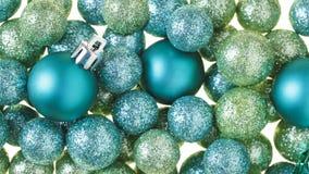 Härlig, ljus modern bakgrund för prydnader för julferiegarneringar med att moussera som är luxe, blänker bollar royaltyfri bild