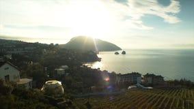 Härlig ljus solnedgång på Blacket Sea i Sudaken skjutit Sjösida med översikten av udde Kapchik naken sky för blå crimea kullligga royaltyfri foto