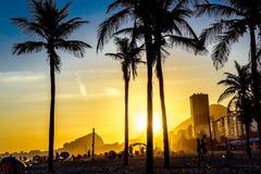Härlig ljus solnedgång på den Copacabana stranden, Rio de Janeiro, Brasilien royaltyfri foto