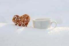 Härlig ljusbrun hjärta formade kakan med isläggning- och vitcoffe Royaltyfria Bilder
