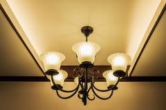 härlig ljuskrona i ett rum Fotografering för Bildbyråer