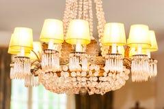 Härlig ljuskrona i inre av vardagsrum royaltyfri fotografi