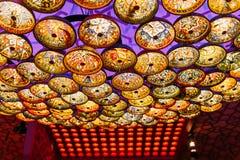 Härlig ljuskrona i orientalisk stil på taket stock illustrationer