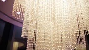 Härlig ljuskronabelysningkristall materiel Hög ljuskrona i ett lyxigt hotell stock video