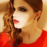 Härlig ljust rödbrun flicka i orange klänning med rökiga ögon Royaltyfri Bild