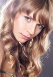 Härlig lockig blond flicka Royaltyfri Bild