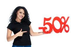 Härlig lockig flicka med en röd försäljning för tecken -50 Royaltyfri Fotografi