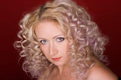härlig lockig hårkvinna arkivfoton