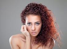 härlig lockig hårredkvinna Arkivbilder