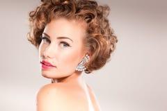 härlig lockig hårståendekvinna Royaltyfri Foto