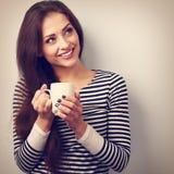 Härlig lugna tänkande kvinna som dricker varmt kaffe från koppen Vint Arkivbild