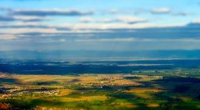 Härlig lutande-förskjutning sikt från kullen till den färgrika dalen Arkivbilder
