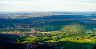 Härlig lutande-förskjutning sikt från kullen till den färgrika dalen Arkivbild