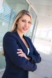 Härlig lyckad affärskvinna med vikta armar Arkivbilder