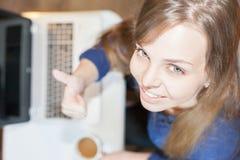 Härlig lyckad kvinna som ser kameran och bruksbärbara datorn Arkivfoto