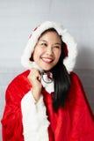 Härlig lycklig asiatisk flicka i Santa Claus kläder Fotografering för Bildbyråer