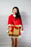Härlig lycklig asiatisk flicka i Santa Claus kläder Arkivbilder