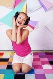 Härlig lycklig barnflicka som lyssnar till musik och att sjunga bucharest c e kontor royaltyfri fotografi
