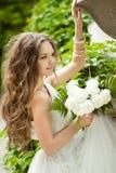 Härlig lycklig brud med lång krabbt hår- och bröllopmakeup ho Royaltyfri Foto
