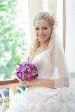 härlig lycklig brudklänning henne bröllop Arkivbild