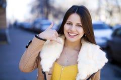 Härlig lycklig brunettkvinna som gör en appell mig gest arkivbilder