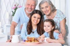 Härlig lycklig familj som dricker te Arkivfoto