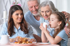 Härlig lycklig familj som dricker te Royaltyfria Foton