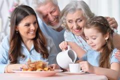Härlig lycklig familj som dricker te Royaltyfri Fotografi
