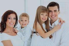Härlig lycklig familj - som isoleras över en vit bakgrund royaltyfria bilder