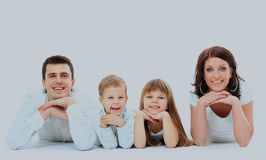 Härlig lycklig familj - som isoleras över en vit bakgrund arkivbilder