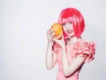 Härlig lycklig flicka med grapefrukten Royaltyfri Bild