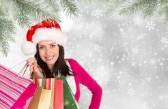 Härlig lycklig flicka shoppa för jul Arkivbild