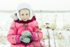 Härlig lycklig flickavinter utomhus. Royaltyfri Fotografi