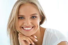 Härlig lycklig kvinna för stående med vitt le för tänder _ royaltyfri foto