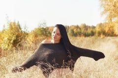 härlig lycklig kvinna Höstlivsstil royaltyfri bild