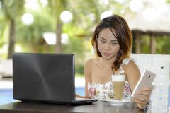 Härlig lycklig kvinna i sommarklänning utomhus på den trevliga coffee shop som har frukostnätverkande eller arbete med bärbar dat Arkivbilder