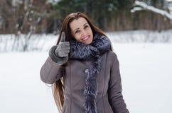 Härlig lycklig kvinna i vinterskog arkivbilder