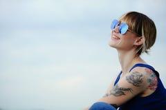 Härlig lycklig kvinna med tatueringen i exponeringsglas, ställe för din text Fotografering för Bildbyråer